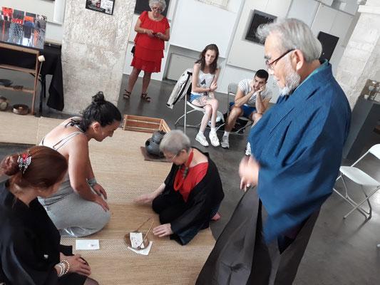Un cérémonie du thé organisée par Rizu Tsukamoto