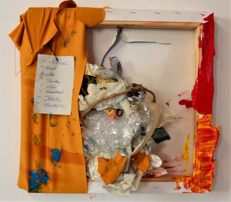 RUNNING FOR SOME ERRANDS, 40x44x10 c, camvas. fabric, paper, plastic, LEIPZIG 2018, photo: Reinhold Ponesch ©