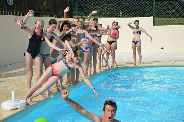 Une grande piscine avec baignade surveillée