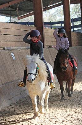 Initiation au poney pendant les stages d'hiver aux Grilles