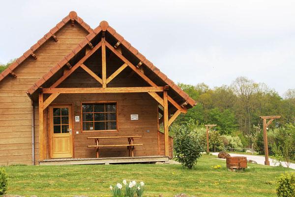 Séjour équestre pour adultes et familles, hébergement dans un chalet avec terrasse et barbecue