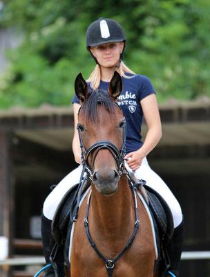 Stage d'équitation, cavalière à cheval