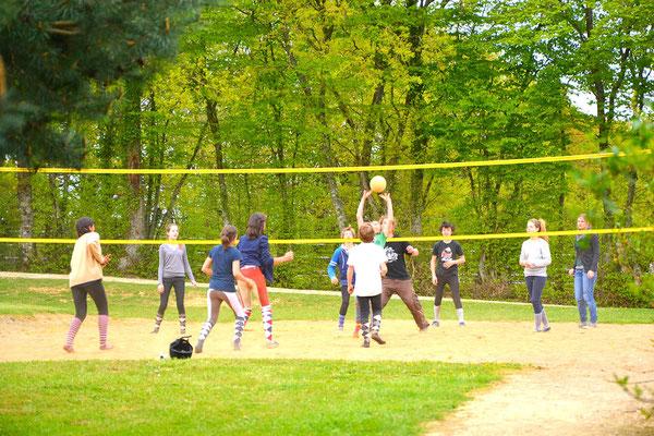 Partie de volley sur notre terrain de sports co
