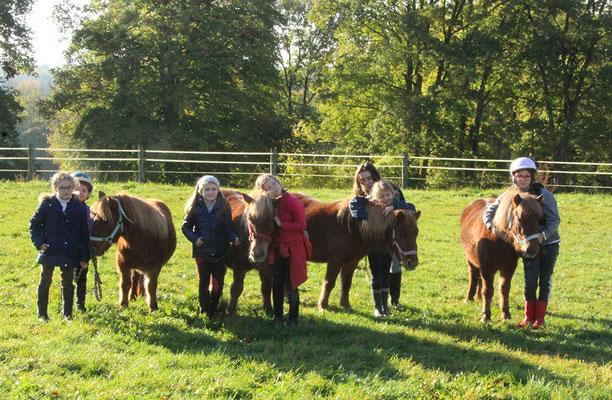 Stage d'équitation pour Halloween, aller chercher les poneys au pré