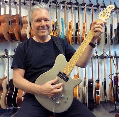 Rico Roncaglioni hat ein neuer Gitarrensound gesucht und hat in gefunden mit der neuen Music Man Gitarre. Danke Rico für Dein Vertrauen, Bazi