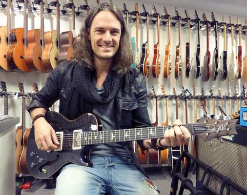 Schmidi von den Black Mount Rise mit seiner wunderbaren PRS Hollowbody II Gitarre. Wir sind alle gespannt wie eine Feder bis endlich das Album erscheint!