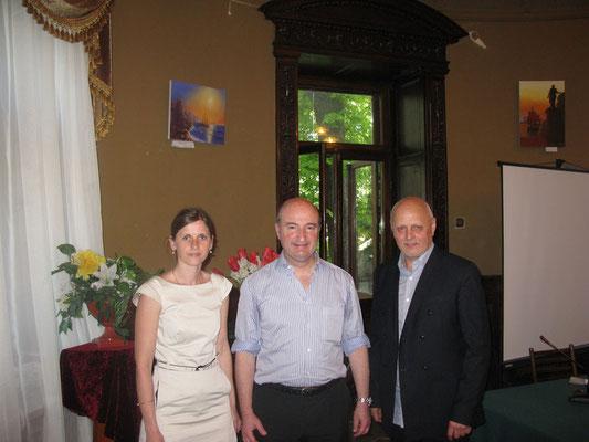 Снимок на память с заведующим кафедрой акушерства и гинекологии Королевского колледжа  Великобритании и Мальты с профессором  Mark P. Brincat