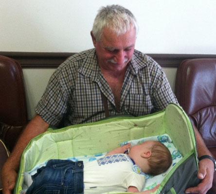 К нам солнышко с дедушкой в гости пришли!