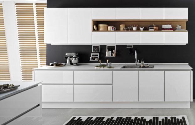 Grifflose Küche mit sehr zarter Arbeitsplatte