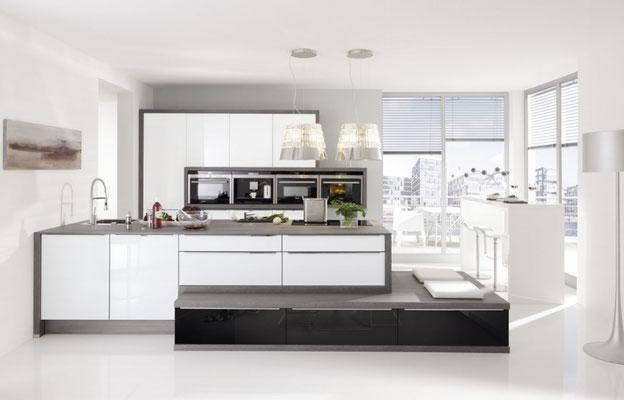 Küche mit Aufgesetzten Griffleisten - Die Geräte im Hochschrank sind wunderbar in Szene gesetzt