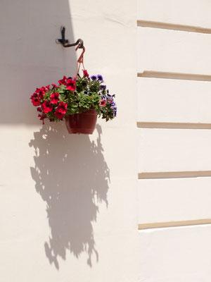 Geländer am Strand mit Schatten