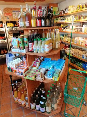 Pyramide mit Limo, Saft, Wasser, Keksen, Gummibärchen, ...