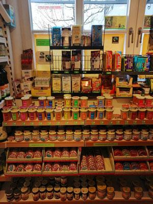 Aufstriche & Marmeladen </br>  verschiedene Kaugummis </br> Schokolade & Leckereien