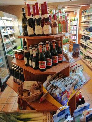 Pyramide mit Bier, Sekt, Nüssen, ...