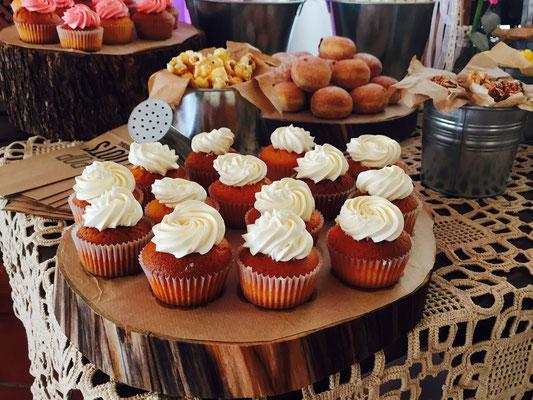 Detalle de cupcakes para la mesa dulce   estilo rústico o campestre diseño de Dulce Dorotea