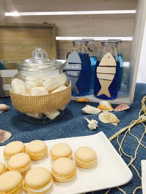 Detalle de macarons, batidos y dulces de la mesa dulce marinera de Dulce Dorotea