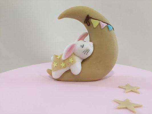 Topper de tarta para bautizo de niña con un conejito con luna diseño para mesa dulce elaborado por Dulce Dorotea