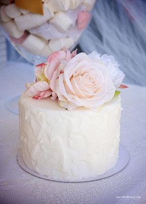 Detalle de la tarta de comunión de la mesa dulce Gold Butterfly (de Dulce Dorotea)