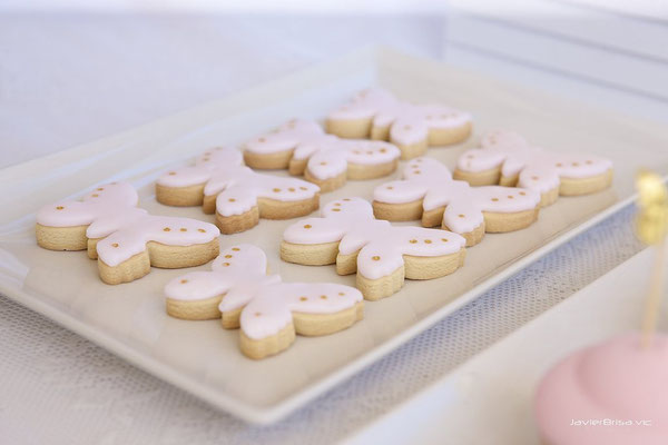 Detalle de galletas de mantequilla decoradas en forma de mariposa de la mesa dulce Gold Butterfly (de Dulce Dorotea)