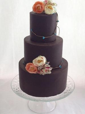 Tarta de boda con cobertura de chocolate y flores de tela de Dulce Dorotea .