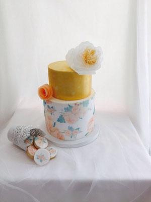 Tarta de boda cubierta con papel de arroz con impresión de flores de Dulce Dorotea.