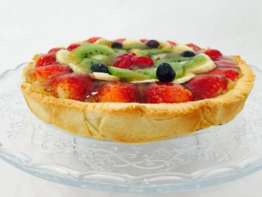Tarta casera de frutas: fresas, kiwisy frutos rojos