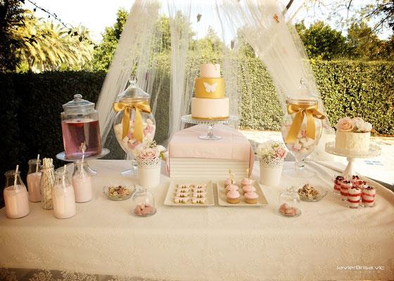 Primer plano de la mesa dulce de comunión Gold Butterfly: tarta fondant, decoración, dulces,... (de Dulce Dorotea)