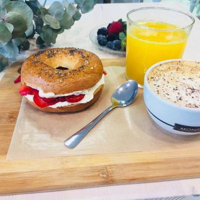 Almuerzo completo: rosco dulce de fresas con nata, zumo y café con leche | Dulce Dorotea, tu cafetería en Quart de Poblet