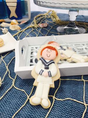 Detalle de galletas de mantequilla decoradas en forma de comuniante de la mesa dulce marinera de Dulce Dorotea