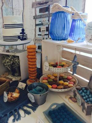 Detalles de golosinas, donuts, macarons.... de la mesa dulce marinera de Dulce Dorotea