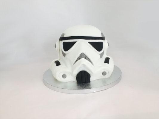 Tarta decorada con fondant con forma de casco imperial  | Dulce Dorotea