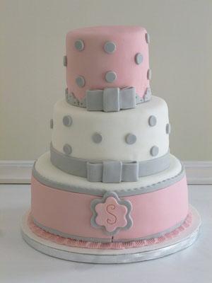 Tarta fondant Dulce Dorotea para Comunión de tres pisos en blanco y rosa con detalles en gris.