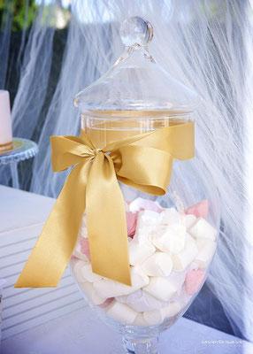 Detalle de jarrón con nubes de la mesa dulce Gold Butterfly (de Dulce Dorotea)