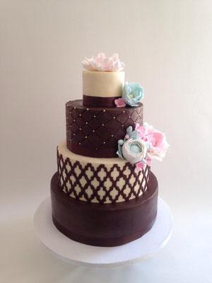Tarta para bodas de oro realizada en chocolate negro y blanco de Dulce Dorotea