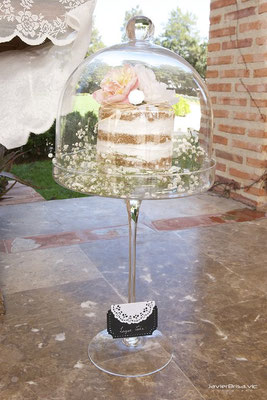 Detalle de tarta layer cake en pie de cristal para mesa dulce elaborada por Dulce Dorotea en Valencia