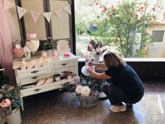 Últimos retoques de la mesa dulce de bautizo Pink Hipo | Dulce Dorotea
