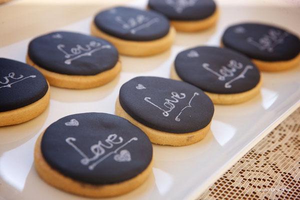 Detalles de las galletas para la mesa dulce de boda estilo chalk board elaborada por Dulce Dorotea en Valencia