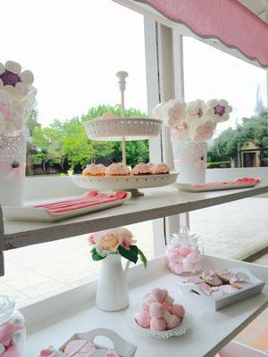 Detalle de muffins decorados y chucherías del candy buffet, de Dulce Dorotea