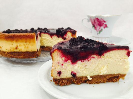 Detalle de tarta de queso y frutos del bosque | Dulce Dorotea, repostería tradicional