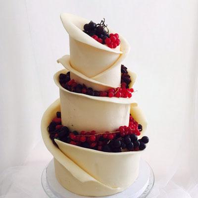 Tarta de boda preparada con chocolate blanco y frutos rojos de Dulce Dorotea.