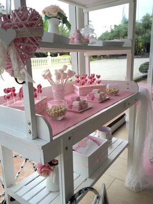 Detalle lateral del candy buffet: piruletas, nubes, bolitas dulces..., de Dulce Dorotea