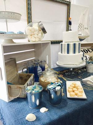 Detalle lateral izquierdo de dulces y decoración de mesa dulce marinera de Dulce Dorotea