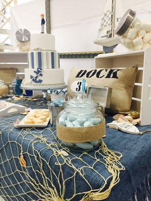 Detalle lateral derecho de dulces y decoración de mesa dulce marinera de Dulce Dorotea