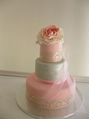 Trata de boda o aniversario en color plata y rosa con detalle de peonia y encaje de azúcar de Dulce Dorotea