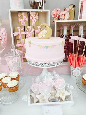 Detalle de tarta para la mesa dulce de bautizo o baby shower de Dulce Dorotea