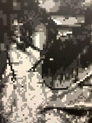 40年近く前、まだデジタルの概念のなかったころ。まず模造紙に鉛筆でモノクロ絵を描き、それに1㎝~5mmのマス目をボールペンで描く。描くマス目の中が、数段階のうちの何番目の黒坂によって塗り分けていく、という手法で描きました。