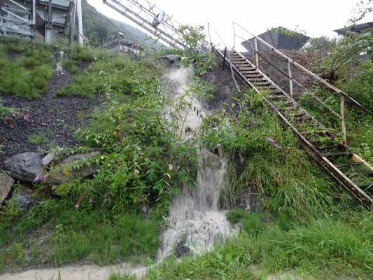 L'eau de pluie polluée dévale la carrière et jaillit de toutes parts