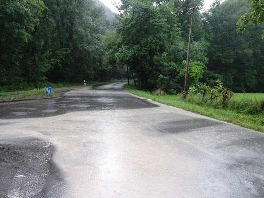 Vers l'Ayguerède et Lourtau, toujours une arrivée massive d'eau de pluie m^lée de diverses pollutions des établissements Laborde au Bager d'Oloron-Côté Ouest