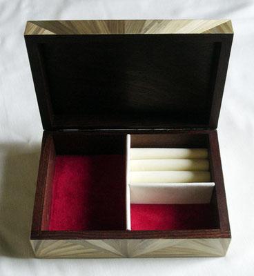 Intérieur de la boîte à bijoux (vendu)