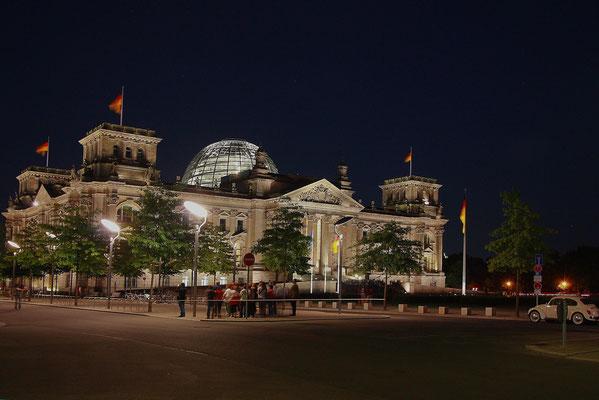 Spozniona grupka turystow na placu przed Reichstagiem